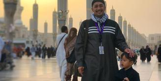Irfan Hakim kini sedang berbahagia lantaran bisa mengajak keluarga besarnya pergi umroh. Terlihat dari foto-foto yang diunggah di akun Instagramnya.  (Instagram/irfanhakim75)