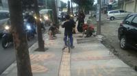 Petugas trantib sedang membersihkan lafaz Allah dilakukan seorang warga. (Dok. Kecamatan Bojongloa Kidul)