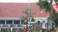 Para pebalap melewati rintangan pada balapan supermoto Honda Dream Cup 2019, di Sirkuit Murjani, Banjabaru, Kalimantan Selatan, Minggu (14/7/2019).  (FOTO / Nurfahmi Budiarto)