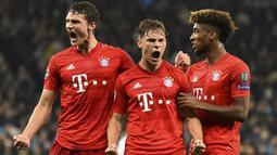 Joshua Kimmich (tengah) menjelma menjadi pemain yang patut diperhitungkan bagi Bayern Munchen. Bersama Leon Goretzka, mereka berhasil menjadi duet pertahanan yang solid. Ia telah mengoleksi belasan gelar bersama Bayern di usianya yang saat ini masih 26 tahun. (AFP/Glyn Kirk)