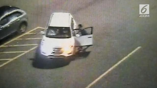 Insiden mengerikan terjadi saat seorang satpam mencegah pencurian. Seperti yang terekam CCTV, satpam itu malah terseret mobil.