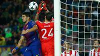 Pemain Barcelona, Luis Suarez menyundul bola di depan kiper Olympiakos, Silvio Proto dalam fase grup Liga Champions di Camp Nou Stadium, Kamis (19/10) dini hari. 10 pemain Barcelona sukses melumat Olympiakos 3-1. (AP/Manu Fernandez)