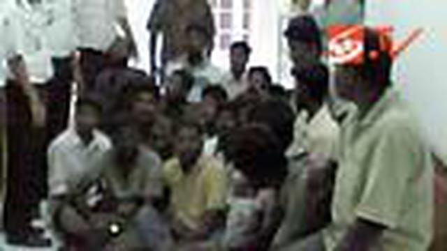 Puluhan manusia perahu asal Srilanka terdampar di perairan Samudera Hindia dalam kondisi kehabisan bekal. Para pengungsi yang tidak memiliki dokumen keimigrasiain itu sedianya akan bertolak menuju Australia.