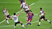 Pemain Barcelona, Lionel Messi (tengah) kala menghadapi Manchester United (MU) tahun 2011. (AFP/Glyn Kirk)