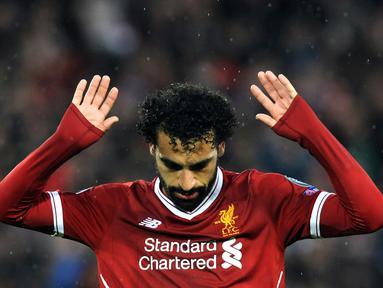 Pemain Liverpool, Mohamed Salah usai mencetak gol ke gawang AS Roma pada leg pertama semifinal Liga Champions di Stadion Anfield, Liverpool, Inggris, Selasa (24/4). Salah tak melakukan selebrasi usai membobol gawang mantan klubnya. (AP Photo/Rui Vieira)