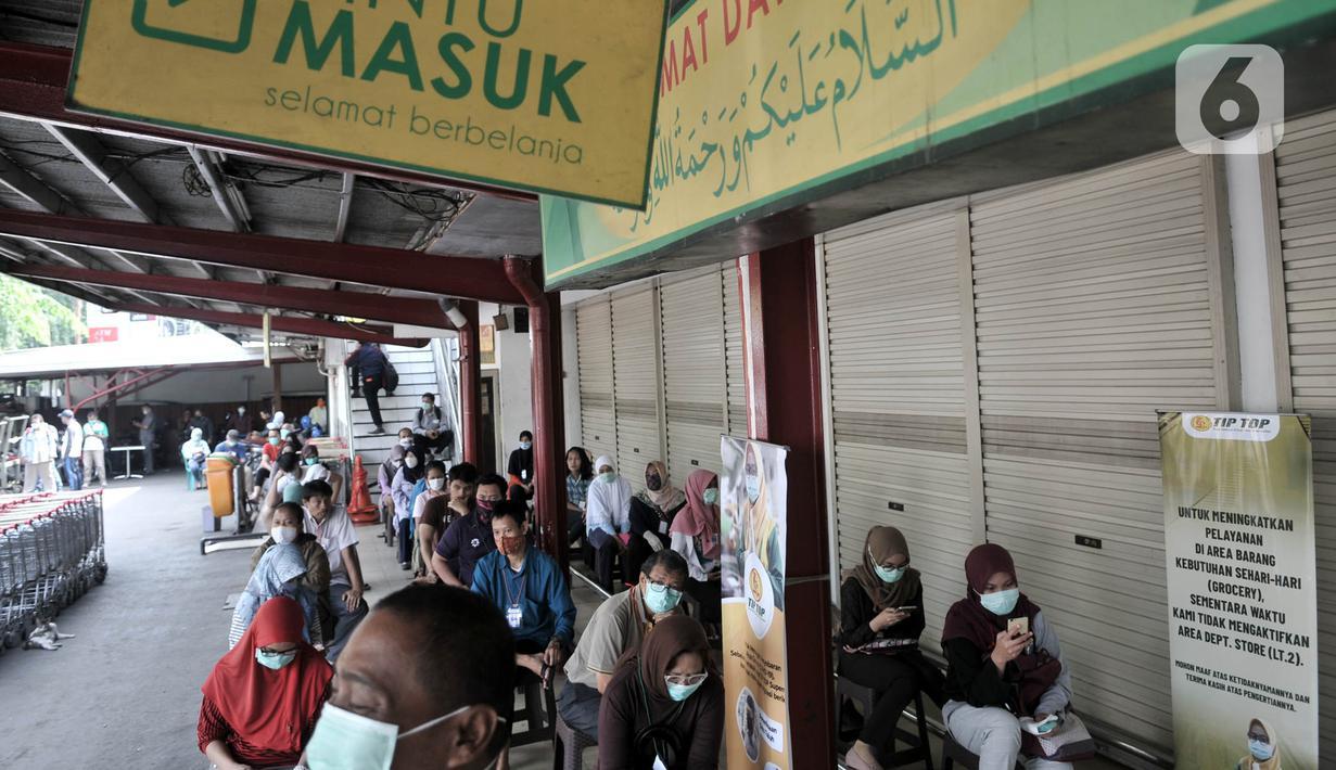 Warga antre menunggu dibukanya salah satu pasar swalayan di Jakarta, Senin (30/3/2020). Akibat makin merebaknya pandemi Covid-19 di Jakarta mendorong warga rela datang lebih awal dari jam buka pasar swalayan agar tidak berdesakan dan kehabisan barang kebutuhan pokok. (merdeka.com/Iqbal S. Nugroho)
