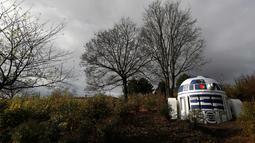 Ventilasi bunker nuklir yang dicat menyerupai robot R2-D2 film Star Wars terlihat di sebuah taman di Praha, Republik Ceko, (28/10). Menurut walikota Prague 2, Jana Cernochova ia menyukai kreatifitas  seniman jalanan tersebut. (AP Photo/Petr David Josek)