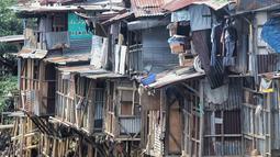 Suasana permukiman kumuh bantaran kali ciliwung di kawasan Manggarai, Jakarta, Sabtu (9/1). Tahun ini, akan ditangani kawasan kumuh perkotaan seluas 2.564 Ha dengan anggaran Rp 318,3 miliar. (Liputan6.com/Faizal Fanani)
