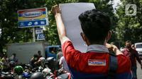 Buruh menggelar unjuk rasa di depan Kantor PT Indomarco Prismatama (Indomaret), Jakarta Utara, Kamis (27/5/2021). Aksi ini bagian dari upaya boikot Indomaret yang diserukan Federasi Serikat Pekerja Metal Indonesia (FSPMI) dan Konfederasi Serikat Pekerja Indonesia (KSPI). (Liputan6.com/Faizal Fanani)