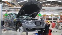 Di BMW Production Network 2, Gaya Motor mampu merakit hingga 6 unit All-New BMW 730Li per hari, Jakarta, Rabu (30/11). Perakitan mobil ini juga didukung para ahli manufaktur dari Jerman. (Liputan6.com/Angga Yuniar)