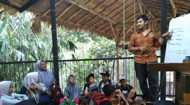 Kelas bahasa Inggris oleh Bank Sampah Bersinar.