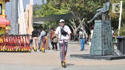 Pengunjung saat berkeliling menggunakan skuter listrik di Pantai Lagoon, Ancol, Jakarta, Rabu (9/10/2019). Pengelola Ancol kini menyediakan penyewaan skuter listrik berbasis aplikasi untuk pengunjung berkeliling kawasan pantai dengan tarif Rp.20.000 per 30 menit. (merdeka.com/Iqbal S. Nugroho)