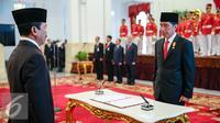 Presiden Joko Widodo bersiap menandatangani dokumen pelantikan Kepala Lemsaneg di Istana Negara, Jakarta (8/1/2016). Jabatan Djoko Setiadi diperpanjang oleh Jokowi setelah sebelumnya menduduki posisi yang sama sejak 2011. (Liputan6.com/Faizal Fanani)
