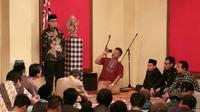 Tantowi Yahya memberi sambutan di depan warga Indonesia yang hadir dalam acara salat tarawih di KBRI Welington. (Istimewa)
