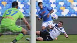 Bek Napoli, Giovanni Di Lorenzo, berebut bola dengan bek Atalanta, Robin Gosens, pada laga lanjutan Liga Italia di Stadion San Paulo, Napoli, Sabtu (17/10/2020) malam WIB. Napoli menang 4-1 atas Atalanta. (Alessandro Garofalo/LaPresse via AP)
