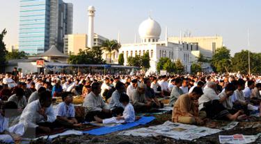Ribuan umat muslim menunaikan ibadah salat Idul Fitri 1 Syawal 1436 H di Masjid Agung Al Azhar Jakarta, Jumat (17/7/2015). Warga juga memadati halaman masjid untuk bersama-sama menunaikan salat Id. (Liputan6.com/Yoppy Renato)