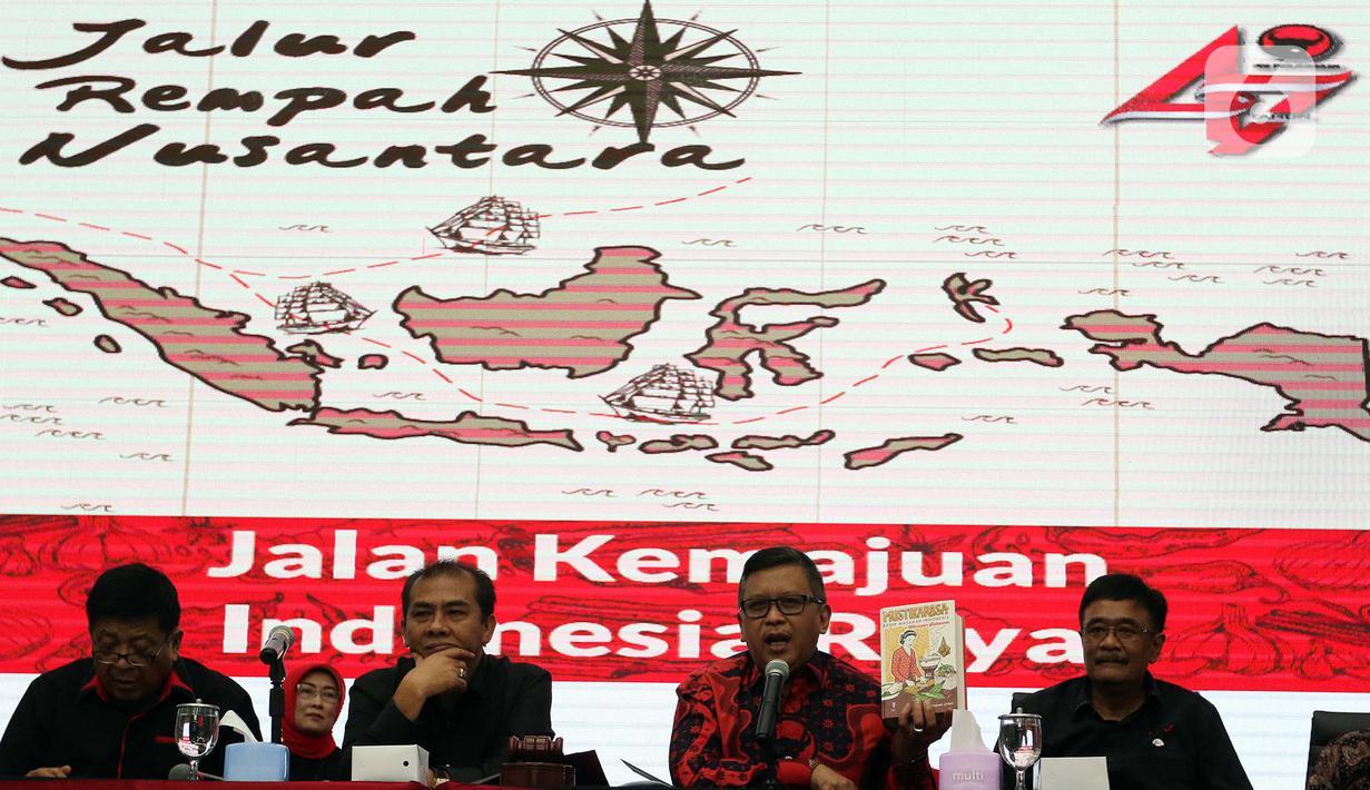 Sekjen PDIP Hasto Kristiyanto (kedua kiri) memberikan keterangan pers di Jakarta, Rabu (8/1/2020). PDIP bakal menggelar Rapat Kerja Nasional I sekaligus HUT Ke-47 partai yang dihadiri 4.731 peserta yang berasal dari struktur, legislatif dan eksekutif dari kader partai. (Liputan6.com/Johan Tallo)
