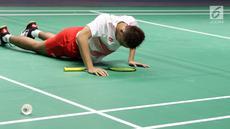 Ganda putra Indonesia, Fajar Alfian berusaha bangkit usai terjatuh saat melawan pemain China Zhang Nan/Liu Cheng pada final Beregu Putra Asian Games 2018 di Istora Kompleks GBK, Rabu (22/8). Indonesia kalah 1-3. (Liputan6.com/Helmi Fithriansyah)