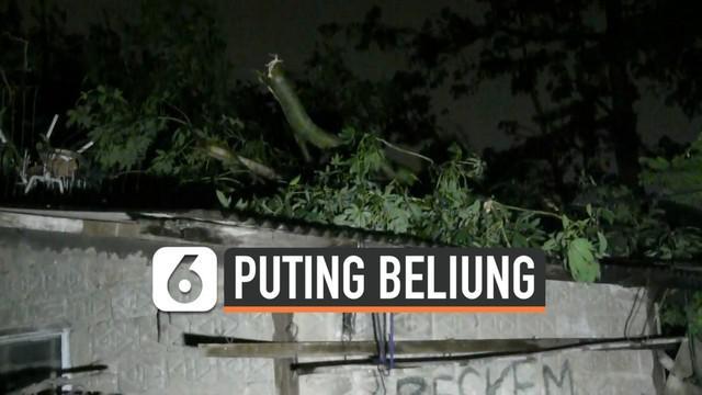 Puting beliung merusak sejumlah rumah yang ada di kawasan Bekasi Timur. Satu warga mengalami trauma setelah panik melihat angin puting beliung.