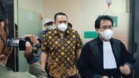 Mantan Direktur Utama Garuda Indonesia I Gusti Ngurah Askhara atau Ari Askhara bersama tim kuasa hukum.