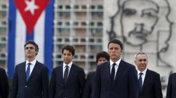 """PM Italia Matteo Renzi (depan) berdiri di depan sebuah gambar pahlawan Revolusi Ernesto """"Che"""" Guevara dalam upacara peletakan karangan bunga di monumen Jose Marti di Havana, Kuba, Rabu (28/10). (REUTERS/Enrique de la Osa)"""