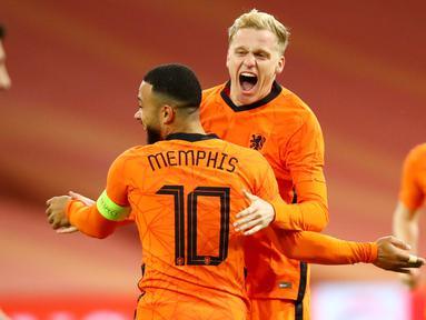 Pemain Belanda, Donny van de Beek, melakukan selebrasi bersama Memphis Depay usai mencetak gol ke gawang Spanyol pada laga uji coba di Johan Cruyff Arena, Rabu (11/11/2020). Kedua tim bermain imbang 1-1. (Dean Mouhtaropoulos via AFP, Pool)