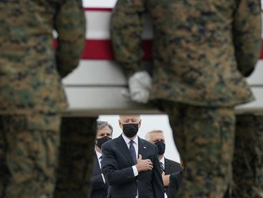 Presiden AS Joe Biden menyaksikan saat peti jenazah berisi Lance Corporal Kareem Nikoui (20) tiba di Pangkalan Udara Dove Air, Delaware pada Minggu (29/8/2021).  Joe Biden menghadiri penghormatan untuk 13 tentara AS yang tewas dalam ledakan bom bunuh diri di dekat bandara Kabul. (AP/Carolyn Kaster)