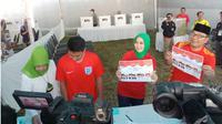 Ridwan Kamil bersama istri, anak, dan ibu melakukan pencoblosan di TPS 21. (Liputan6.com/Huyogo Simbolon)