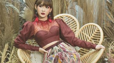 Mengenakan gaun bernuansa merah maroon, Adiezty Fersa terlihat memukau dan menonjolkan sisi dominan. Penampilannya pun makin serasi dengan makeup bold dan lipstick berwarna senada. (Liputan6.com/IG/adieztyfersa)
