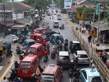 Kendaraan terjebak kemacetan saat melintas di kawasan Lenteng Agung, Jakarta Selatan, Minggu (23/9). Kurang tegasnya petugas menertibkan angkot yang mengetem sembarangan memperparah kemacetan di kawasan tersebut. (Liputan6.com/Immanuel Antonius)