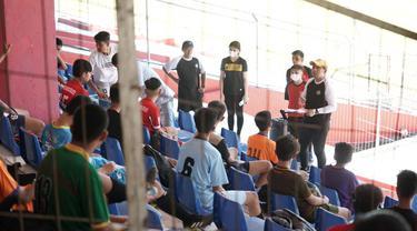 Pelatih Kepala Sulut United Ricky Nelson saat memberikan arahan untuk piluhan pesepakbola muda di Sulut.