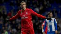 Striker Real Madrid, Gareth Bale, melakukan selebrasi usai membobol gawang Espanyol pada laga La Liga di Stadion Cornella-El Prat, Minggu (27/1). Real Madrid menang 4-2 atas Espanyol. (AP/Joan Monfort)