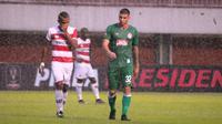 Gelandang serang PSS Sleman asal Argentina, Brian Ferreira (kanan) gagal membawa timnya mengalahkan Madura United. (Bola.com/Vincentius Atmaja)