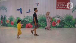 Pengunjung berjalan dalam mal yang sepi di kawasan Karawaci, Tangerang, Banten, Selasa (17/03/2020). Meluasnya wabah virus corona atau Covid-19, membuat sejumlah pusat perbelanjaan atau mal di wilayah Jabotabek  sepi pengunjung. (merdeka.com/Arie Basuki)