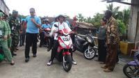 Presiden Joko Widodo atau Jokowi mengendarai sepeda listrik. (Liputan6.com/Hanz Jimenez Salim)