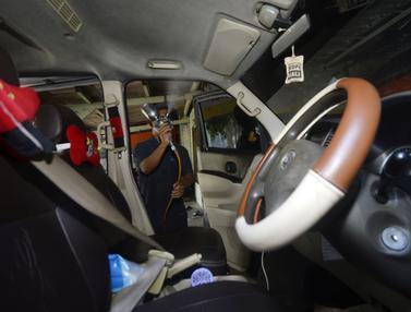 FOTO: Cegah Penyebaran COVID-19, Taksi Online di Tangsel Disemprot Disinfektan
