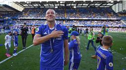 Kapten Chelsea, John Terry, menyapa suporter usai laga melawan Sunderland di Stamford Bridge, Minggu (21/5/2017). Terry resmi mengakhiri kiprahnya selama 22 tahun di Chelsea. (EPA/Facundo Arrizabalaga)