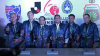 Wakil Ketua Umum PSSI, Djoko Driyono (tengah) berfoto bersama Duta Besar Jepang untuk Indonesia dan Perwakilan J-League serta perwakilan Bhayangkara FC di Kantor PSSI, Jakarta, (16/1/20180. Pertemuan ini membahas J-League Asia Challenge 2018. (Bola.com/Ni