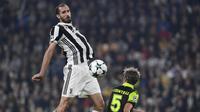 Bek Juventus, Giorgio Chiellini (kiri) mencatatkan namanya dalam daftar pemain terbaik 2017 versi UEFA dengan raihan 295.842 suara dari total 8.779.639 pemilih. (AFP/Miguel Medina)