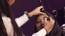 Beauty vlogger, Abel Cantika memberikan tutorial make up pada model saat beauty session selama Vidio Fair 2.0 di Gandaria City, Jakarta, Sabtu (3/11). Para pemain sinetron Anak Langit juga menjumpai penggemar di acara ini. (Liputan6.com/Herman Zakharia)