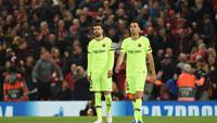 Gerrard Pique dan Sergio Busquets setelah kekalahan 0-4 dari Liverpool dalam laga leg kedua semifinal Liga Champions di Anfield (8/5/2019). (AFP/Oli Scarff)