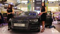 Dua orang model berpose di samping mobil sedan ukuran sedang The All New Audi A4 yang baru diluncurkan di Jakarta, (1/6). Ada 2 varian A4 yang menawarkan berbagai keunggulan kelas atas dengan harga dibanderol mulai Rp 900 juta. (Liputan6.com/Angga Yuniar)