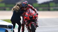 Pembalap Ducati, Pecco Bagnaia disambut sang kekasih usai finis kedua MotoGP Portugal. (PATRICIA DE MELO MOREIRA / AFP)
