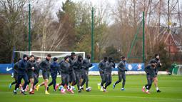 Para pemain Chelsea berlari saat sesi latihan di Cobham Training Ground, Cobham, Inggris, Senin (24/2/2020). Chelsea akan menjamu Bayern Munchen pada leg pertama babak 16 besar Liga Champions. (Adam Davy/PA via AP)