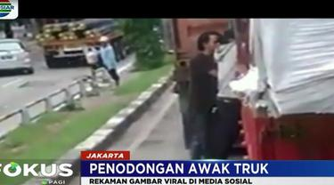 Dari rekaman ini terlihat, kedua pelaku yang menyamar sebagai pengamen jalanan menganiaya awak truk dengan menggunakan alat musik yang mereka bawa.