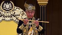 Raja Malaysia Abdullah Ri'ayatuddin Al-Mustafa Billah Shah menunjukkan keris saat penobatan kerajaan di Istana Nasional, Kuala Lumpur, Selasa (30/7/2019). Upacara penobatan dipenuhi dengan adat dan tradisi kerajaan Melayu. (Malaysia Information Ministry via AP)