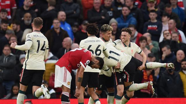 Bintang Liverpool, Mohamed Salah (dua dari kanan) berselebrasi bersama bersama rekan setimnya setelah menjebol gawang Manchester United pada laga Liga Inggris di Old Trafford, Minggu (24/10/2021).(Oli Scarff/AFP)