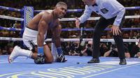 Juara dunia tinju kelas berat IBF, WBO, dan WBA Anthony Joshua kalah KO di ronde ketujuh dari petinju Meksiko Andy Ruiz Jr di Madison Square Garden, New York, Amerika Serikat, Minggu (2/6/2019). (AP Photo/Frank Franklin II)