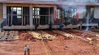 Seorang petani memilih untuk menggeser rumahnya yang setinggi tiga lantai dari pada menghancurkannya karena digusur. (Sumber Foto: Kapanlagi.com)