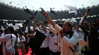 """Jamaah Islam Hizbut Tahrir Indonesia (HTI) mengumandangkan yel-yel saat Rapat dan Pawai Akbar (RPA) 2015 bertema """"Bersama Umat Tegakkan Khilafah"""" di Stadion Gelora Bung Karno, Jakarta, Sabtu (30/5). (Liputan6.com/Yoppy Renato)"""